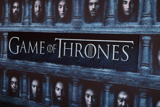 Del av affisch med testen Game of Thrones och några av karaktärerna i serien där alla har slutna ögon.