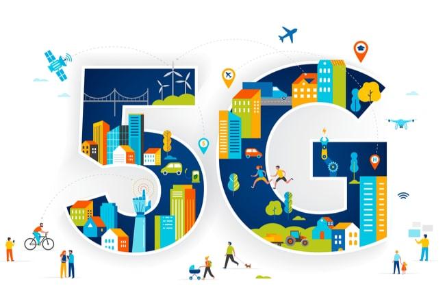 Illustration med siffra och bokstav 5G med flera hus, människor och bilar för att illustrera ett trådlöst samhälle.