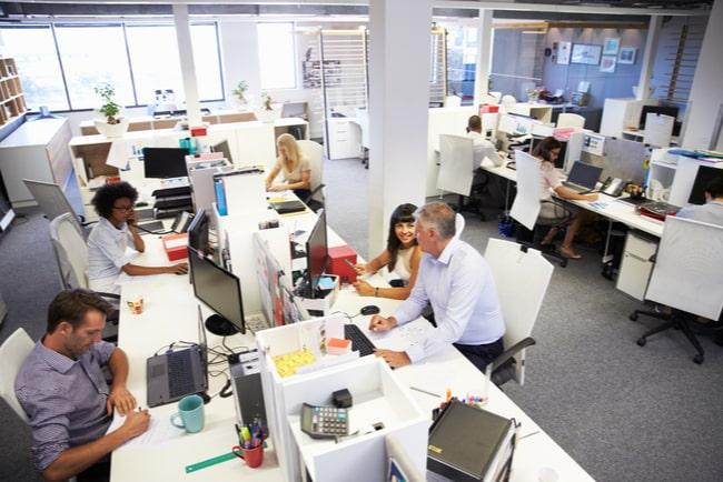 Företagare sitter vid datorn på kontor