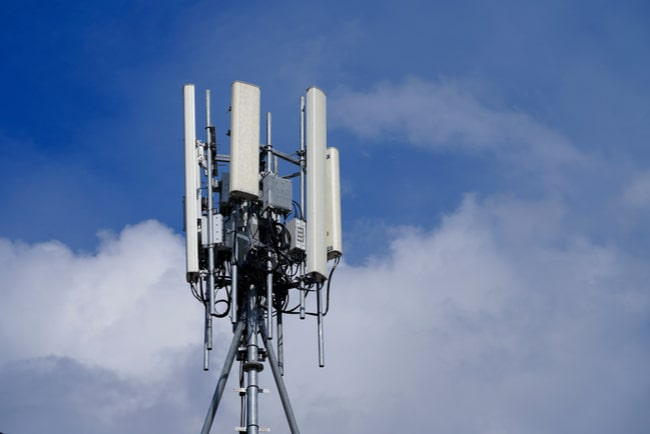 Mobilmast mot blå himmel