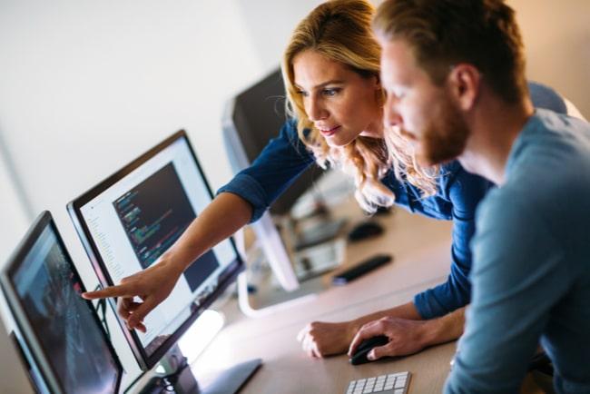 Man och kvinna arbetar vid datorn