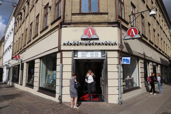 Akademibokhandelns logga ovanför butik