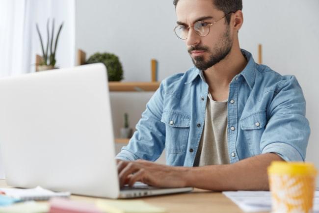 Man surfar på bärbar dator