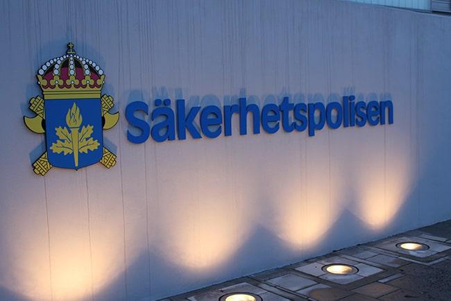 Säkerhetspolisens logga på en vit vägg