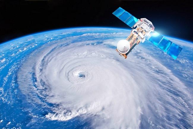 Satellit och orkan sett från rymden