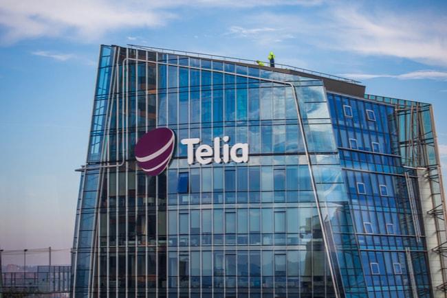 Skyskrapa med Telias logotyp på