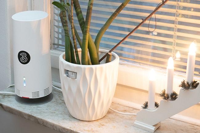5g-router från Tre i lägenhetsfönster