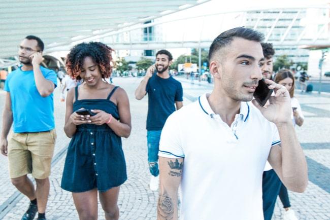 människor som pratar i sina mobiler