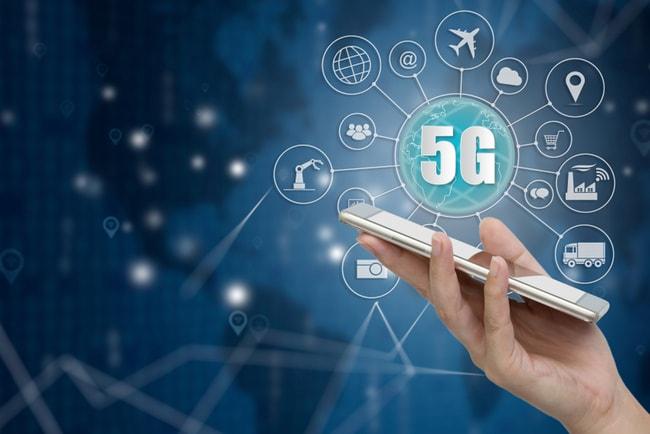 Hand som håller i en smartphone med en 5G-symbol ovanför och flera andra illustrationer som visar vad man kan använda 5G till.
