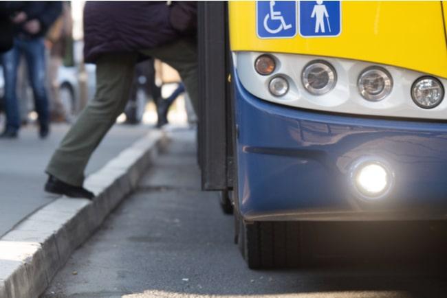 person stiger på buss