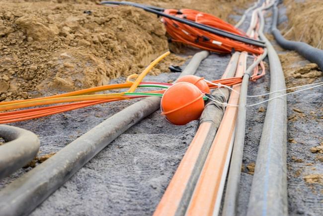 kablar ligger på marken för bredbandsutbyggnad